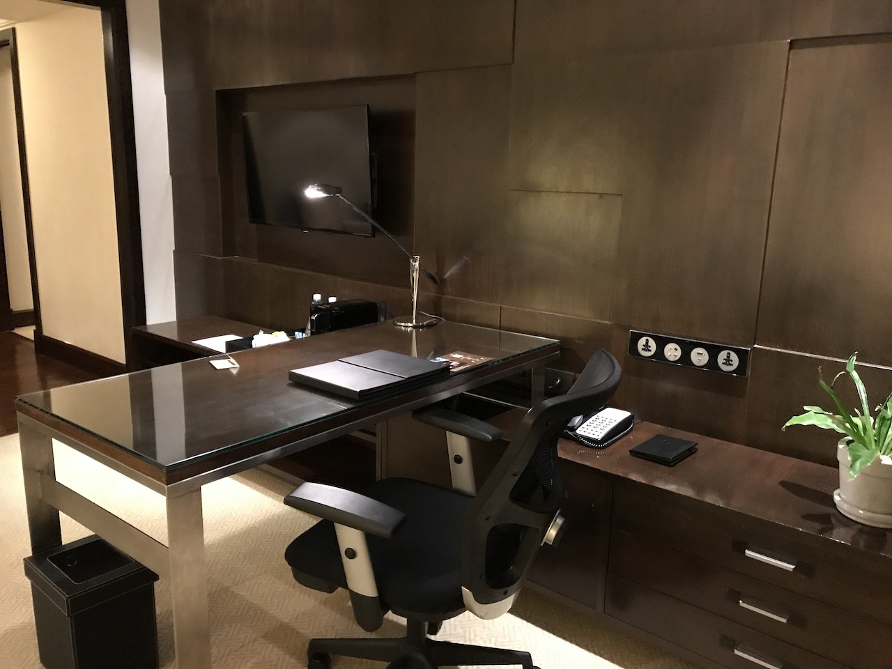 JW Marriott Bangkok desk and workspace